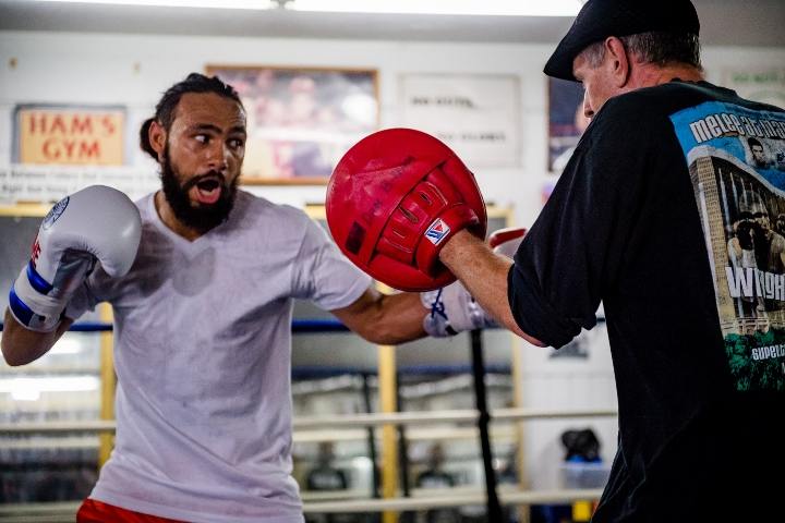 Thurman wins split decision to unify welterweight titles