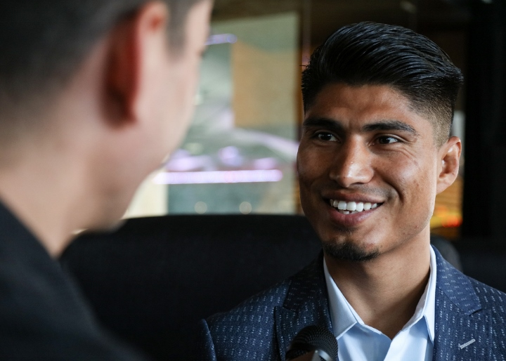 Mikey Garcia trounces Robert Easter, nabs IBF 135-pound belt